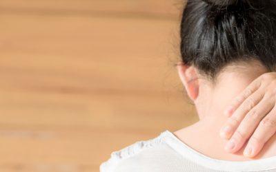 ¿Qué puede ocasionar dolor cervical?